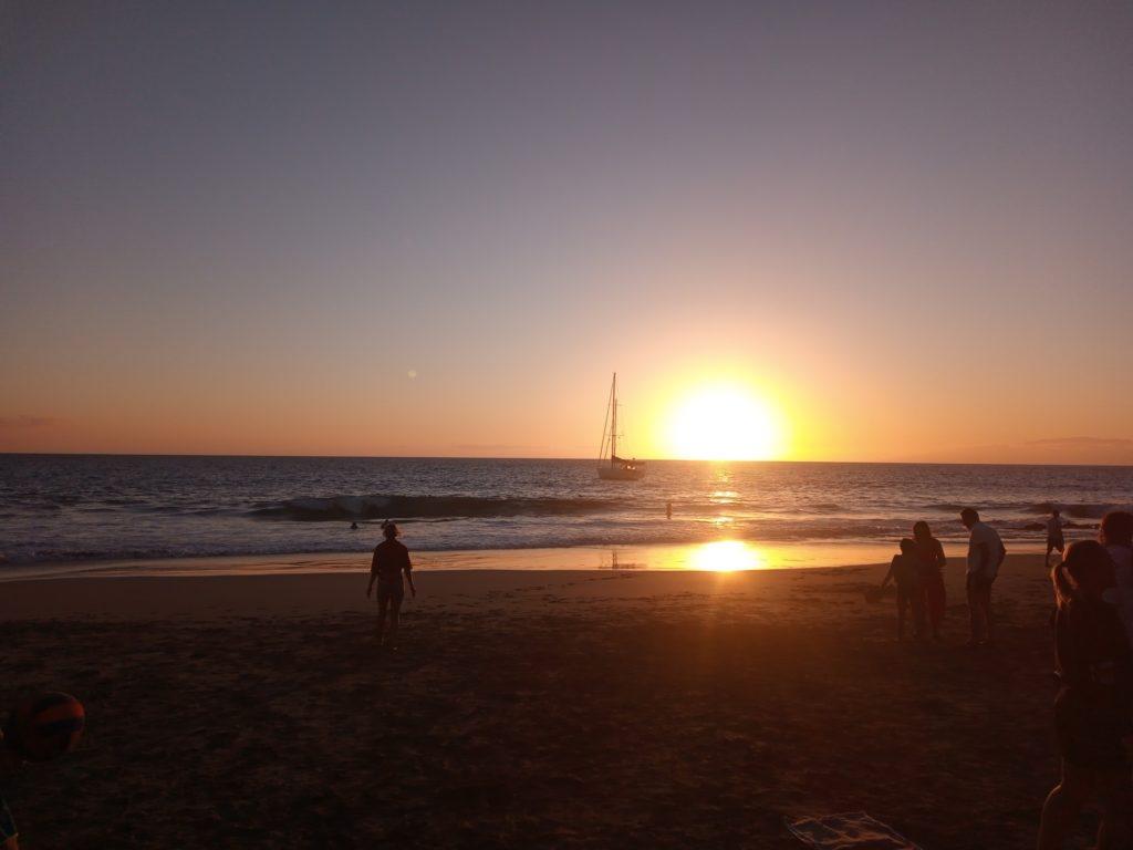 spiaggia hippie tramonto